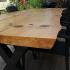 Terrassentisch aus Holzbohlen und Metall_2