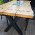Terrassentisch aus Holzbohlen und Metall_4